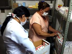 Enfermeiras guardam lote de Tamiflu que foi enviado pela Secretaria de Saúde do Estado (Foto: Elias Bruno/G1 Ceará)