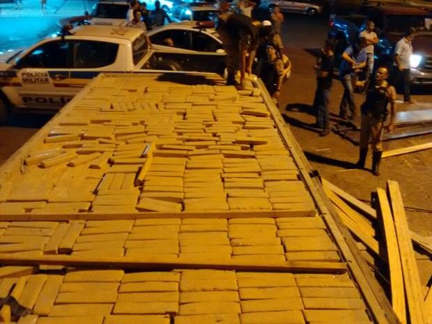 Dupla é presa transportando mais de 570 quilos de maconha em Iturama  (Foto: PM/Divulgação)