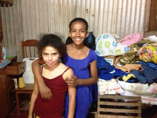 Em 2011, Emily (de azul) e a irmã, pediram uma cama ao 'papai noel', mas somente Milena foi atendida. (Foto: Vanessa Vasconcelos/G1)
