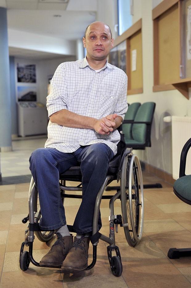 Paciente Dariusz Fidyka, que recebeu transplante de células olfativas e recuperou parte dos movimentos da perna, participa de coletiva de imprensa nesta quarta-feira (22) (Foto:  AFP Photo/Natalia Dobryszycka)