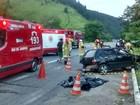 Carros batem de frente na BR-101, em Angra dos Reis, e uma pessoa morre