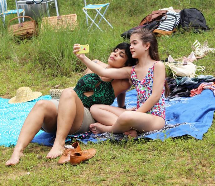 Daniela Fontan e Mel Maia se divertem com o celular (Foto: Carolina Rios/Gshow)