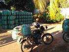 Ladrões rendem entregador, atiram em comerciante e roubam motocicleta