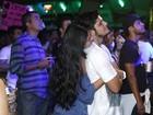 Agarradinhos, Bruno Gissoni e namorada curtem show sertanejo