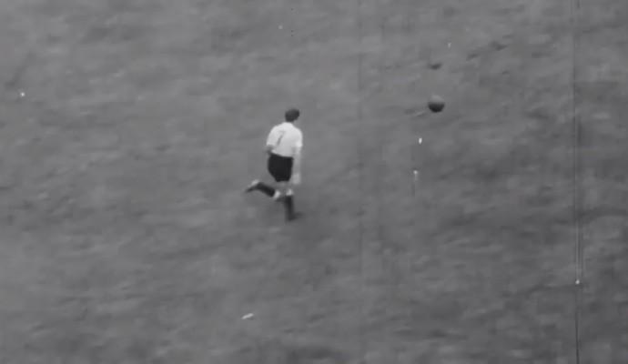 ângulo diferente mostra Gigghia com a camisa sete indo em direção ao gol brasileiro na Copa de 1950 (Foto: Reprodução TV Globo)