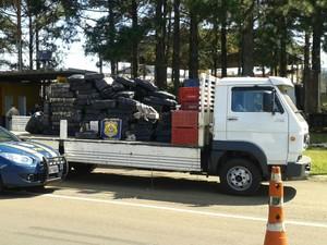 PRF apreendeu 2.250 quilos de maconha escondida em um caminhão roubado (Foto: PRF/Divulgação)
