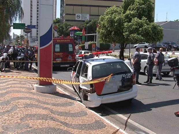 Viatura da polícia ficou com a lateral danificada (Foto: Reprodução / TV TEM)