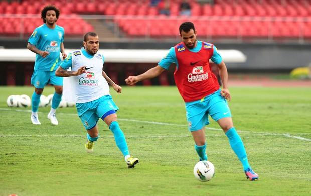 DAniel Alves e SAndro, Treino Seleção Brasileiras (Foto: Marcos Ribolli / Globoesporte.com)