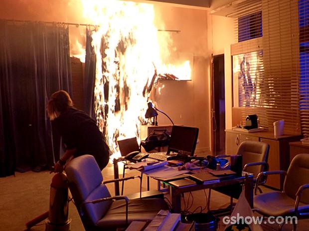 Anita, desesperada, tenta apagar o fogo na sala de Raíssa (Foto: Malhação / TV Globo)