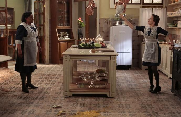Maria conta a Quitéria o que aconteceu na cozinha (Foto: Felipe Monteiro / Gshow)