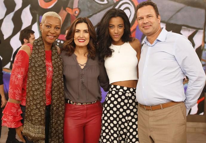 Fátima com a atriz Yara Charry e os pais dela  (Foto: Ellen Soares/Gshow)