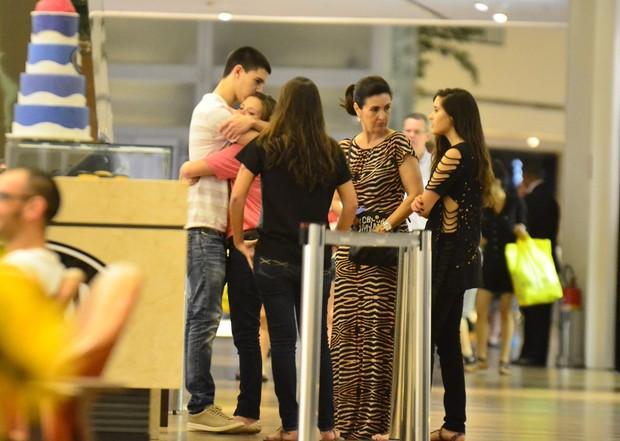 Fátima Bernardes com os filhos (Foto: Henrique Oliveira/AgNews)