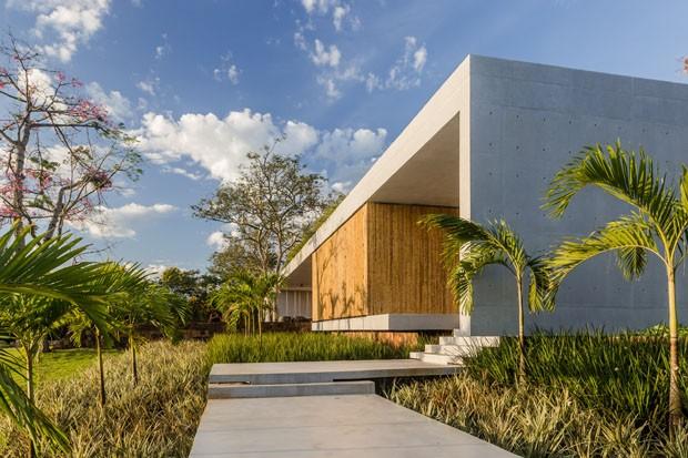 Casa de 1400 m² abre-se para a natureza com vista para o pôr do sol (Foto: SLA PhotoStudio/Divulgação)