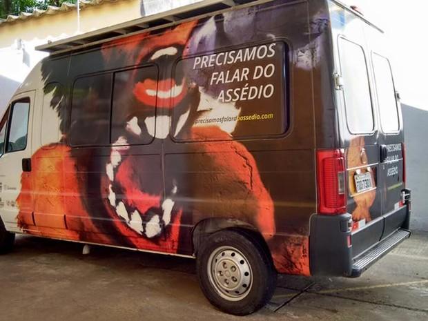 Van-estúdio 'Precisamos falar do assédio' no Largo Treze (Foto: Paula Sacchetta/Divulgação)