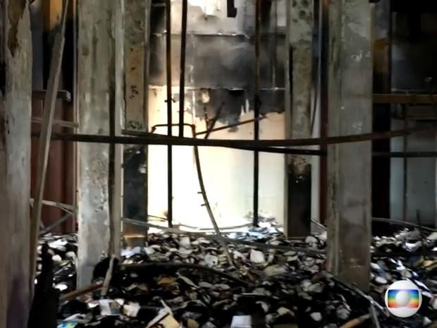 Interior do Museu da Língua Portuguesa foi totalmente consumido pelo fogo (Foto: TV Globo/Reprodução)