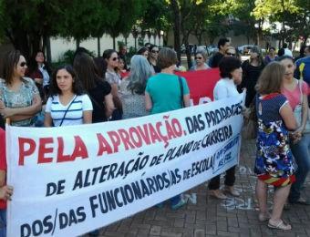 Em Foz do Iguaçu os professores que aderiram ao movimento se reuniram na praça do Colégio Estadual  Bartolomeu Mitre (Foto: Airton Serra / RPC TV)