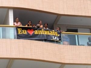 Moradores colocaram faixa em defesa dos animais (Foto: Silvio Muniz / G1)