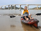 Secretário estadual do ES cruza a baía de caiaque para trabalhar