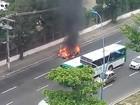Carro pega fogo na Avenida Tancredo Neves; ninguém ficou ferido