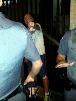 Médico discutiu com policiais ao ser detido em Santos, SP (Foto: Luis Paes/G1)
