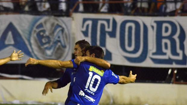 Confiança comemora o primeiro gol (Foto: João Áquila/GLOBOESPORTE.COM)