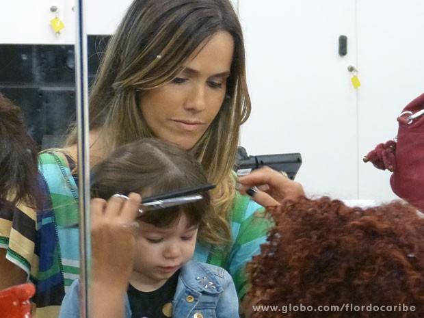 Malu aproveitou a visita para cortar a franja (Foto: Flor do Caribe / TV Globo)