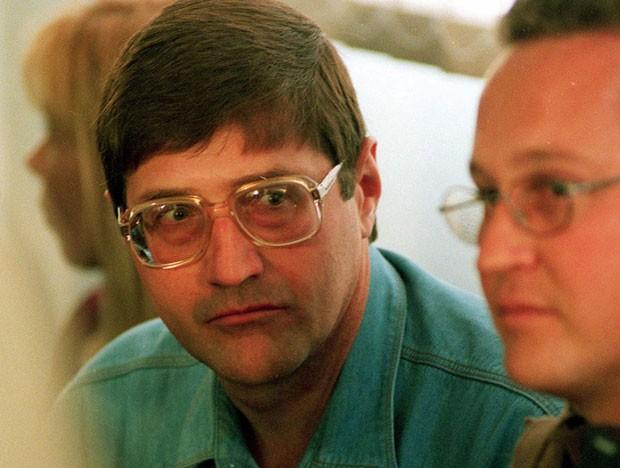 Foto de 1998 mostra Eugene de Kock, coronel da polícia durante o apartheid, condenado a 212 anos de prisão pelos crimes cometidos durante o regime na África do Sul (Foto: Denis Farrell/AP)