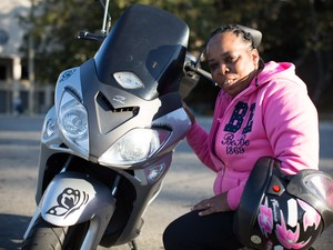 Sandra Rocha, de 44 anos, tem um Dafra Smart 125 (Foto: Raul Zito/G1)