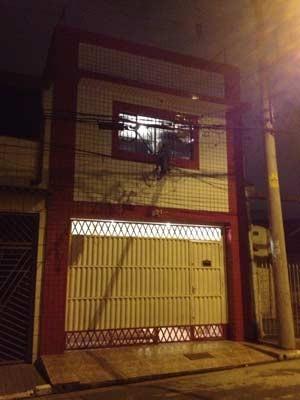 Fachada do alojamento de funcionários da obra que desabou (Foto: Glauco Araújo/G1)