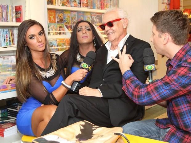 Nicole Bahls e Ceará entrevista Ney Latorraca no Rio (Foto: Anderson Borde/ Ag. News)