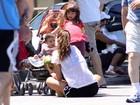 Cynthia Howlett pedala e se diverte com os filhos na orla do Rio