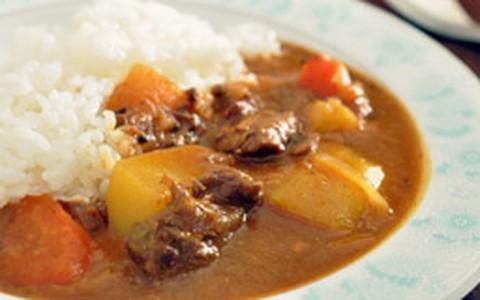 Carne com curry à moda japonesa
