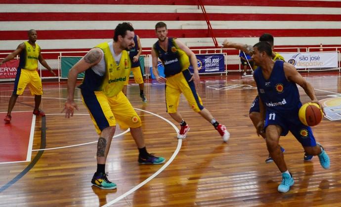 São José Basquete Valtinho treino (Foto: Danilo Sardinha/GloboEsporte.com)