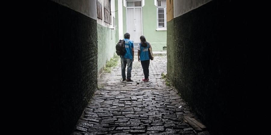 Jorge Gutierrez e Jeanneth Orozco em uma vila de casas no Bom Retiro.Eles aproximam imigrantes e o serviço de saúde (Foto:  Gui Christ/ÉPOCA)