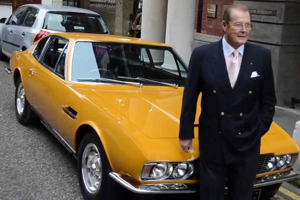 A Aston Martin chegou a restaurar inteiramente o DBS, Moore parece ter gostado (Foto: Reprodução/Ooblimey/Youtube)
