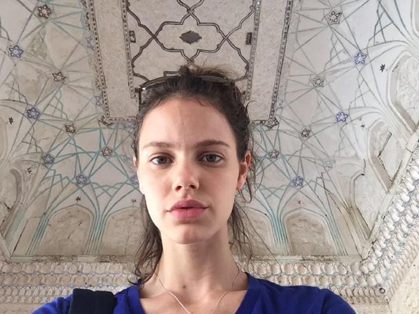 Laura Neiva na Índia (Foto: Divulgação)