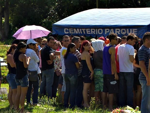 Familiares e amigos fizeram as últimas homenagens às vítimas (Foto: TV Amazonas/Reprodução)