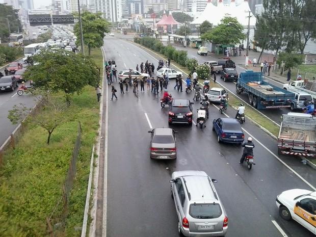 Agentes Penitenciários do RN  fecharam BR-101 em protesto por causa de morte de colega (Foto: Arthur Barbalho/G1')