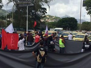 Manifestantes fecham via próxima ao Santos Dumont (Foto: Janaína Carvalho/G1)