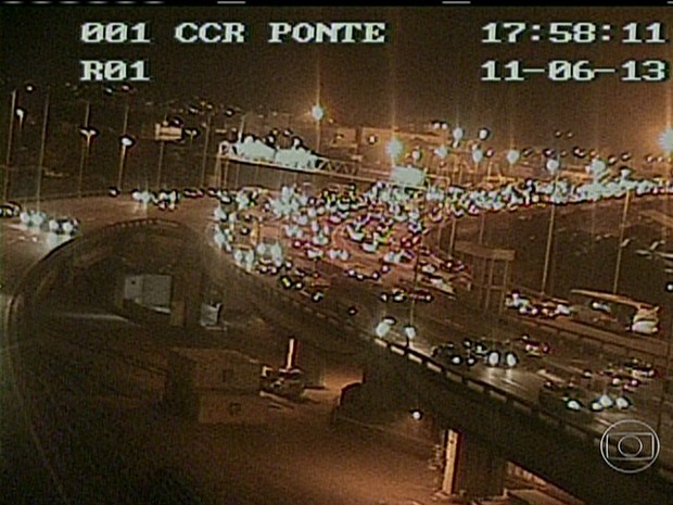 No começo da noite, trânsito na descida da Ponte era complicado (Foto: Reprodução)