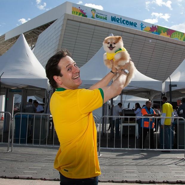 Celso Zucatelli e o cãozinho Paçoca, um sitz-alemão, em frrente ao estádio Arena Corinthians, popularmente conhecido como Itaquerão, em São Paulo (Foto: Marcos Rosa/Ed.Globo)