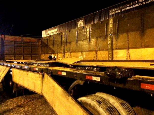 Tijolos estavam escondidos ao longo da carroceria do caminhão (Foto: Polícia Rodoviária Federal / Divulgação)