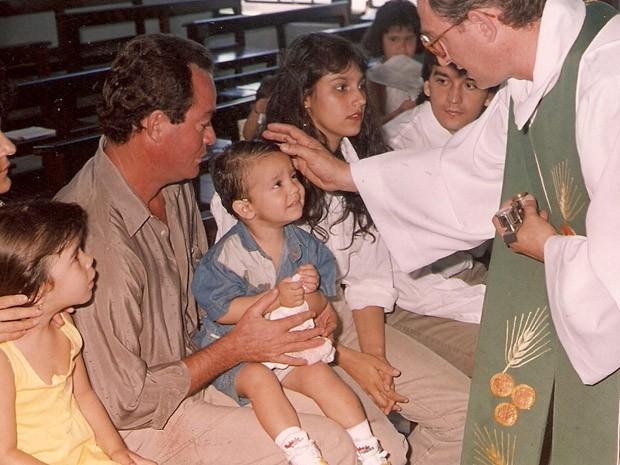 Luanzinho recebendo a benção de um padre (Foto: Arquivo pessoal cedido ao Sai do Chão)