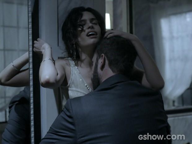 Kiko e Camila abandonaram seus pares e deram amassos calientes no banheiro (Foto: O Rebu / TV Globo)