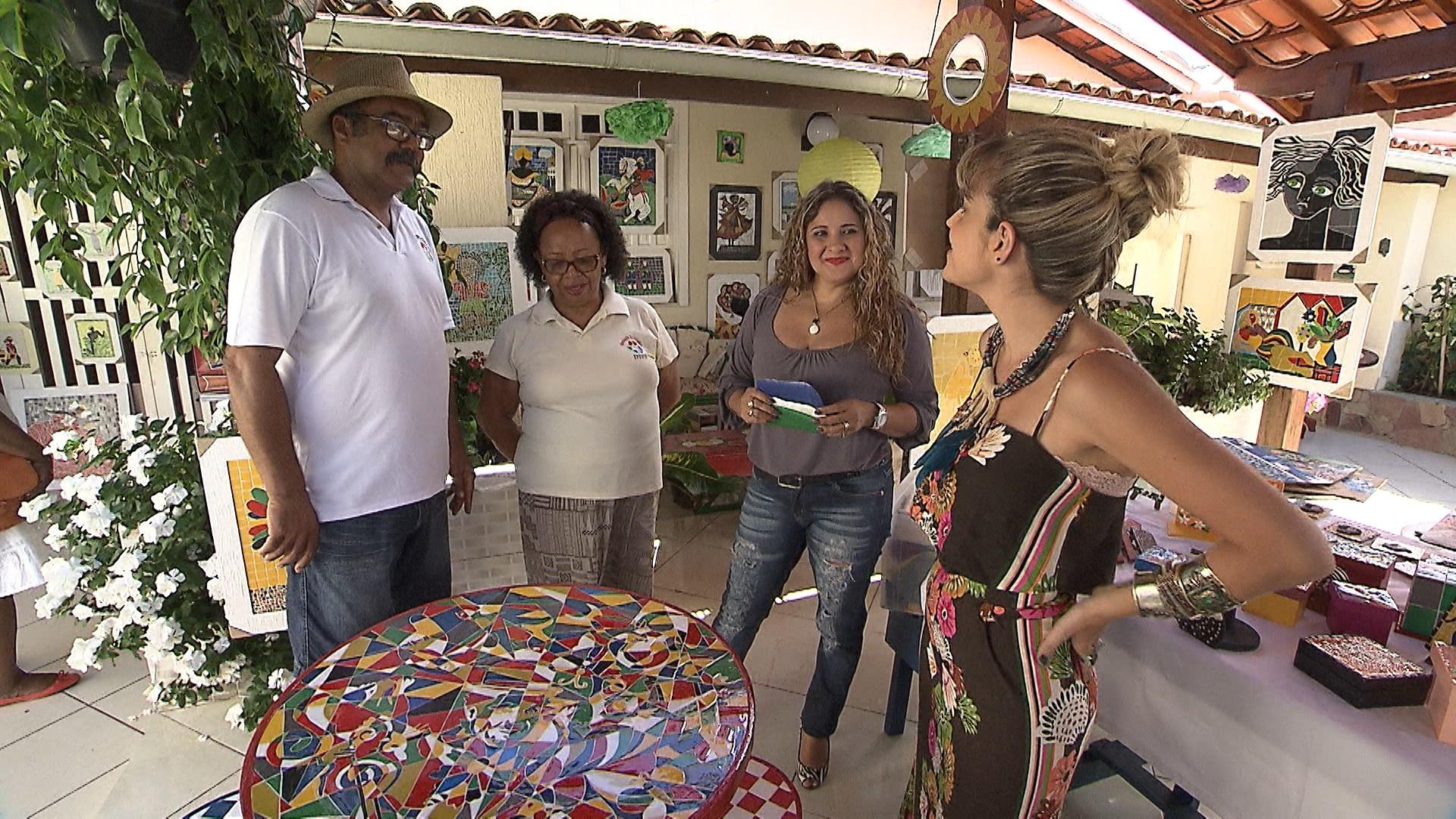 Artistas Ivan e Diva Oliveira mostram ateliê para Paula Magalhães e Kaká Bulhosa (Foto: Divulgação)