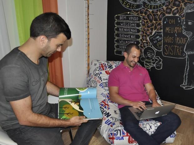 Dois dos três sócios do clube de assinatura, trabalham em ambientes descontraídos. (Foto: Lúcia Ribeiro/G1)