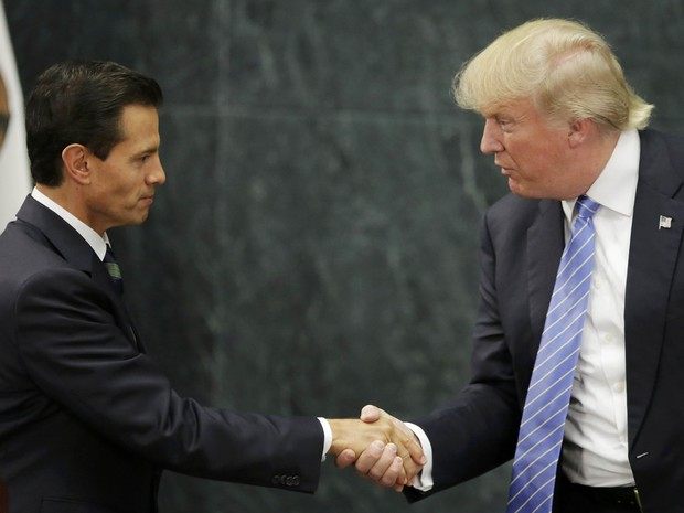 O presidente mexicano Enrique Peña Nieto e o candidato republicano à Casa Branca Donald Trump apertam as mãos após reunião nesta quarta-feira (31) na Cidade do México (Foto: REUTERS/Henry Romero)