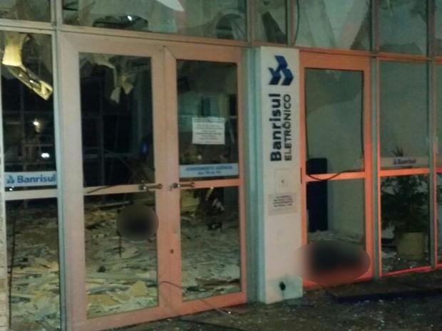 Banco ficou destruído depois da forte explosão que matou dois em Viamão (Foto: Bernardo Bortoloto/RBS TV)