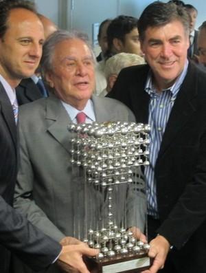 Rogério Ceni, Juvenal Juvêncio e Zetti com a Taça das Bolinhas (Foto: Julyana Travaglia / Globoesporte.com)