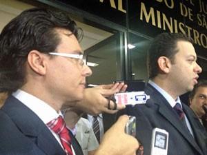 Promotores comentam decisão ao deixar fórum (Foto: Nathália Duarte/G1)